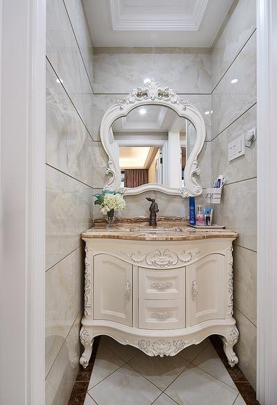 卫生间图片来自家装大管家在89平新古典时尚居 线条勾勒空间的分享