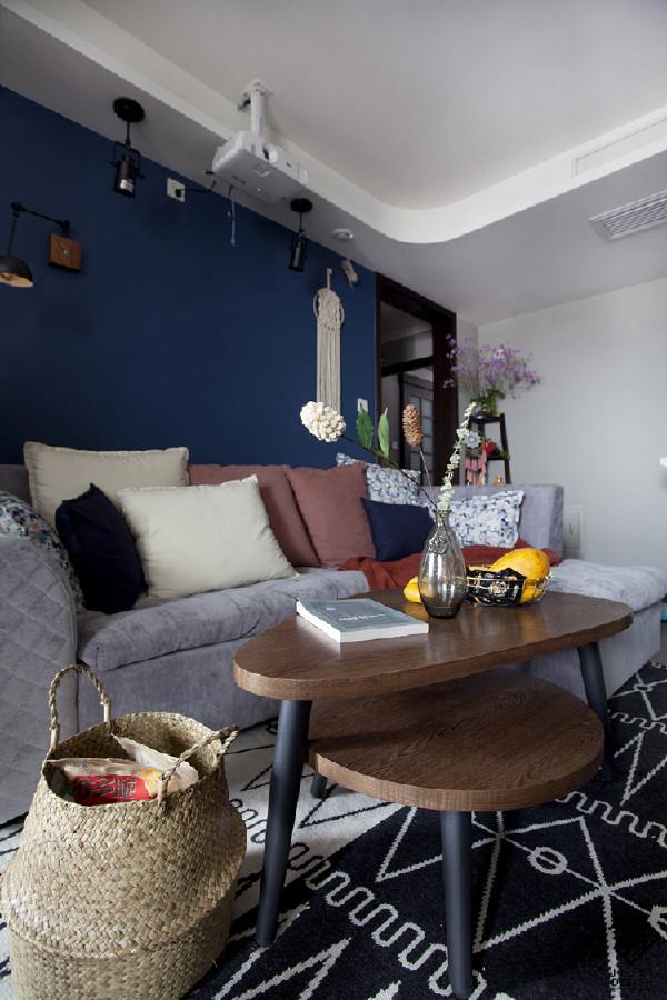 客厅沙发的另一个角度。家里最让人容易放松的地方。