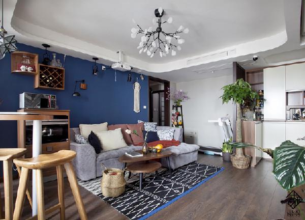 虽然喜欢浓郁色彩,但设计之初,房主人还是对这面蓝色的背景墙有点担心。怕本不是很明亮的客厅会因为深色墙面显得更暗。误区就是房屋内明亮程度是取决于采光度而不是因为用了深色墙面加重采光的缺失。
