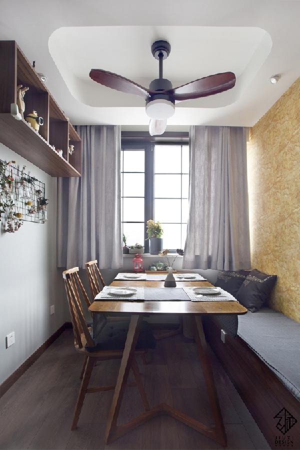 餐厅吊扇灯和顶部圆顶相得益彰。吊柜即实用又丰富了餐厅墙面,使整个空间活跃又不累赘。透过黑框窗户,室外景色一览无余。一字型卡座座椅,做了软垫处理,大大提升了餐厅区的舒适度。