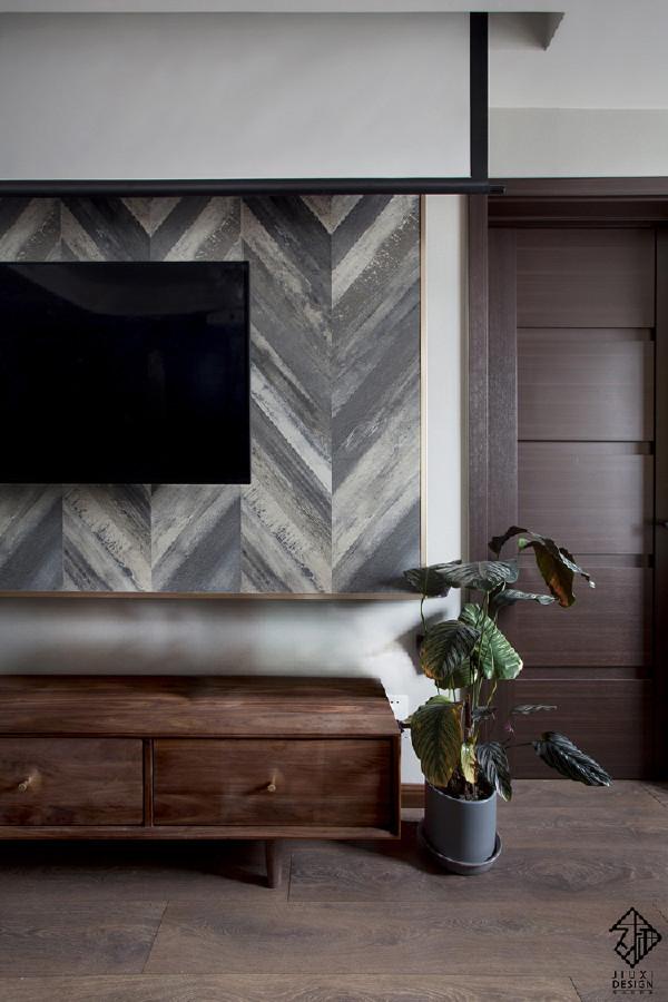 木地板上墙,鱼骨纹背景墙是房主人最满意的一处亮点,事实表明效果也确实可圈可点。金色收边线精致简洁。顶部的投影幕布垂下覆盖在电视墙前,立刻变成小型电影院,约上朋友在家尽情享受影院包场的乐趣。