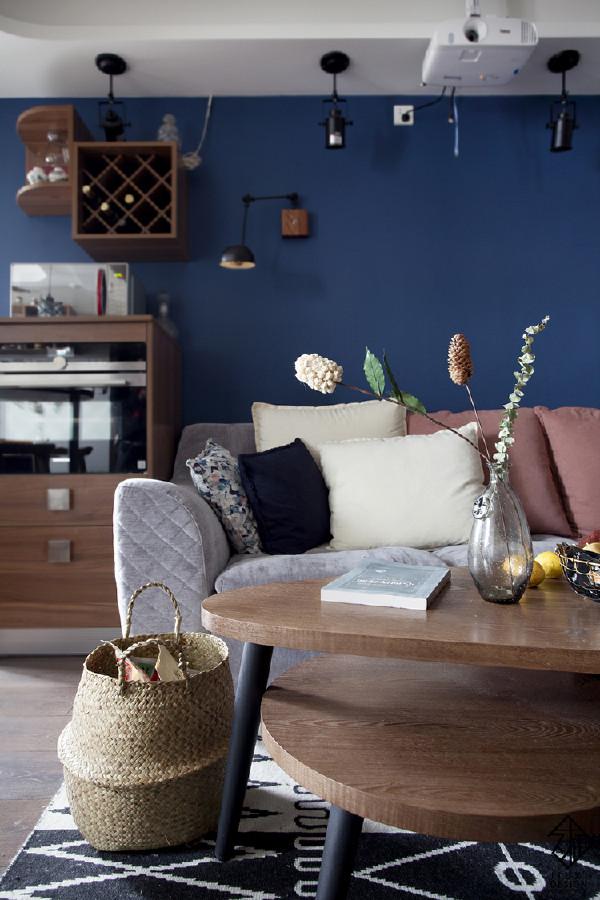 客厅小景,惬意到咋舌~~竹编零食筐特别符合整体的氛围。