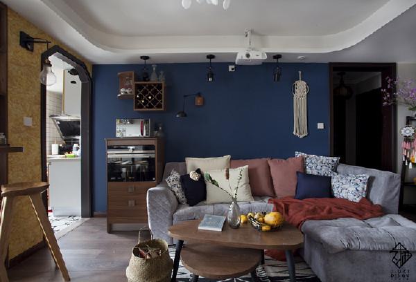 看了平面布局的朋友可以看到厨房门的位置做了调整,整个客厅和厨房的连贯性更好,餐厅区更好利用。照片能够让人一目了然。