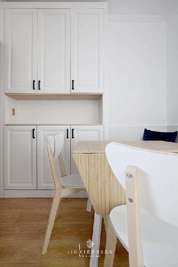 玄关柜是市面上比较流行的中间镂空的柜子,方便进出门小物件的存放,还能冒充配餐台。