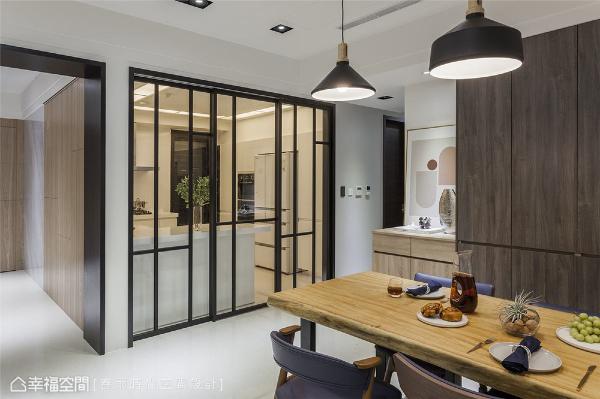 厨房拉门 周建志设计师安排黑色厨房门框隔绝油烟,搭配不同高度的线条与透明、雾面两种玻璃,让这道门充满造型感,也可增加安全性避免不慎误撞。