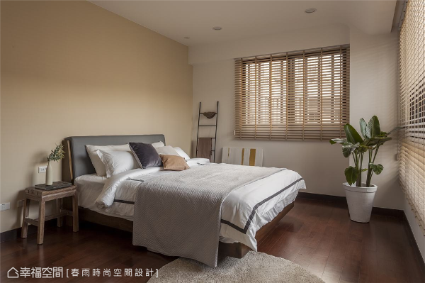 主卧室 主卧色调依循女主人期待,安排原木暖色搭配灰白调,木百叶与木质地板让空间散发温润舒心氛围,有助舒压安眠。