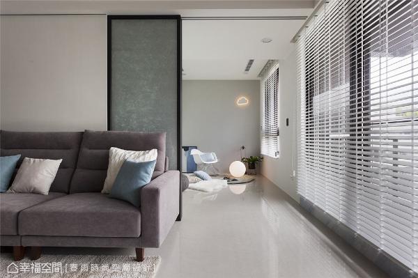 活动拉门 客厅与起居室之间设计黑框玻璃拉门,搭配雾面玻璃与夹纱玻璃,在视觉通透感与行走安全性上取得良好平衡。