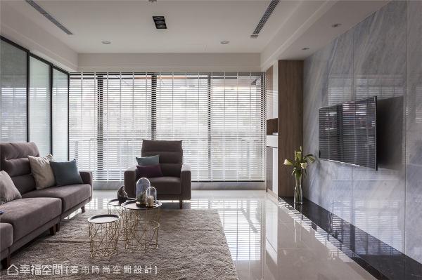 客厅 客厅电视主墙采用名为冰雪奇缘的大理石,底座为金镶玉大理石,淡淡的灰色纹理往相同方向倾斜,日光映照下富有流动感。