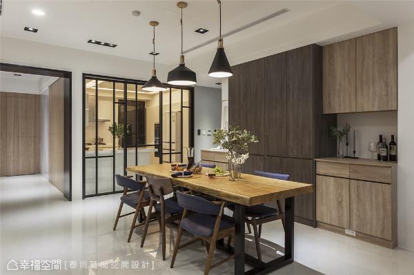 餐厅 周建志设计师选用多款木皮设计墙面柜体,入门后随即能感受到温润自然的木材气氛,而餐桌上的饭菜香气,更能让辛苦一天的家人感到幸福。