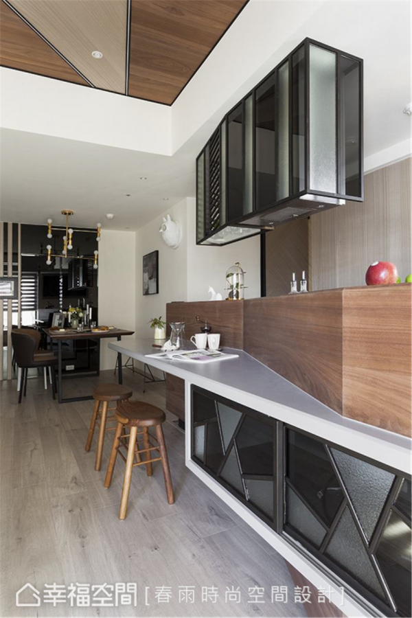 连贯造型 连结中岛的收纳柜与上方的餐柜,运用黑色铁件与特殊玻璃延续玄关玻璃屏风的设计语汇,在垂直与水平空间达到造型连贯的整体感。