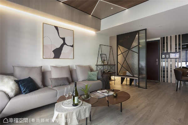 LED灯带 春雨时尚空间设计在天花板黑色线条搭配可调整亮度的LED灯,让天花板的造型框架宛如现代艺术,彰显前卫意识,同时也能避免繁复造型太过沉重而压迫感官。
