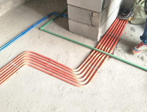 线管拐角处每隔20公分使用一个管卡