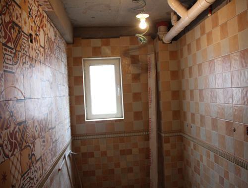 有个性的卫生间瓷砖拼花 欧阳结应远洋荣域瓦工施工现场