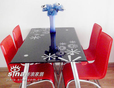 红色的餐桌
