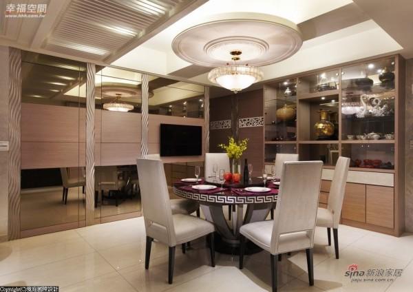 天花板对应圆桌造型,同时修饰正上方的梁