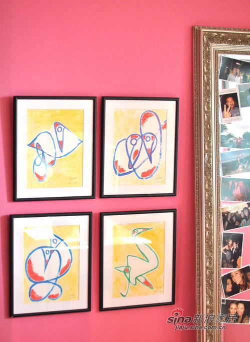 墙面的装饰画与镜子。