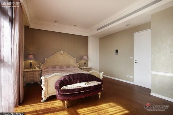 法式宫廷风味的床座与两侧矮柜相互辉映