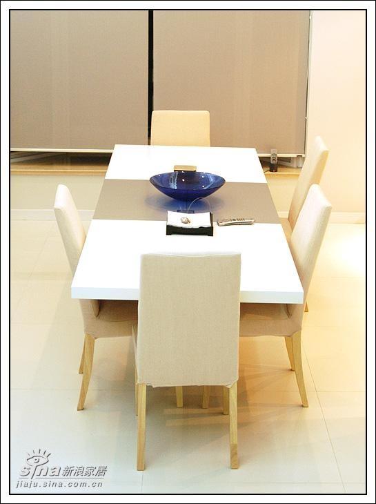 这是一个可以拉开的餐桌,中间的银色部分就是拉开后的添加部分。整个桌子来开后有2米6。没有来开的长度是1米8