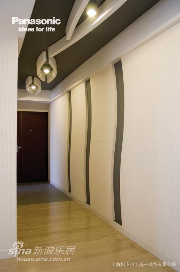 走廊吊顶和墙面经过了精心设计