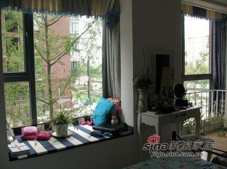 再换一个角度看,床前的飘窗,垫子是蓝白地