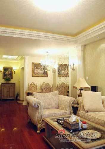 沙发和靠枕的颜色统一协调,茶几和身后餐厅