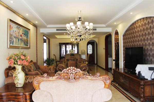 客厅餐厅:根据中央空调位置设计吊顶,是客厅餐厅功能更明确,客厅设计弧线背景墙,饰面茶镜与绒面壁纸结合。