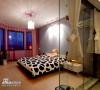 顶上迷幻的光影让空旷简洁的卧室不在单调