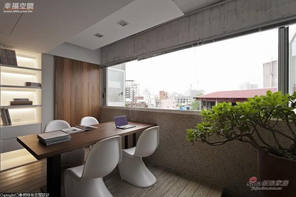 打破密闭会议室观念,以整片式的拉折窗设置