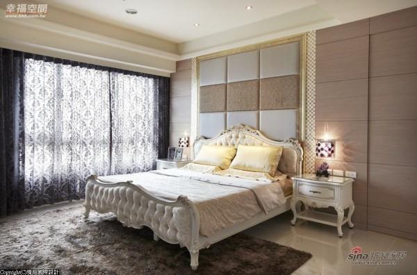 床头以金色和白色双色绷布表现