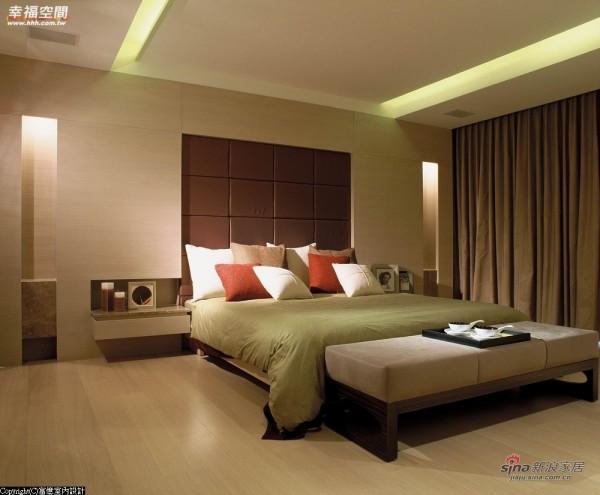 立体造型修饰床头位于梁下的空间关系