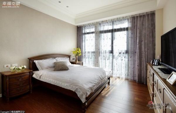 长辈房十分雅致,清爽的空间感令人倍感舒适