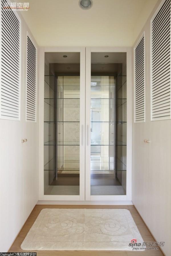 透明的玻璃柜,满足经典包款的收纳、展示