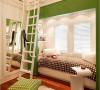 飘窗区域不仅有舒适的卧床,收纳是这款飘窗改造的亮处,不仅墙壁2侧有展示架,顶部空间有做足了收纳设计,而白色与绿色的设计让整个角落有着春天般的明艳