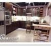 传统的L型厨房,右手边的小桌子也可以考虑改成小巴台,或者可以推走的活动储物柜