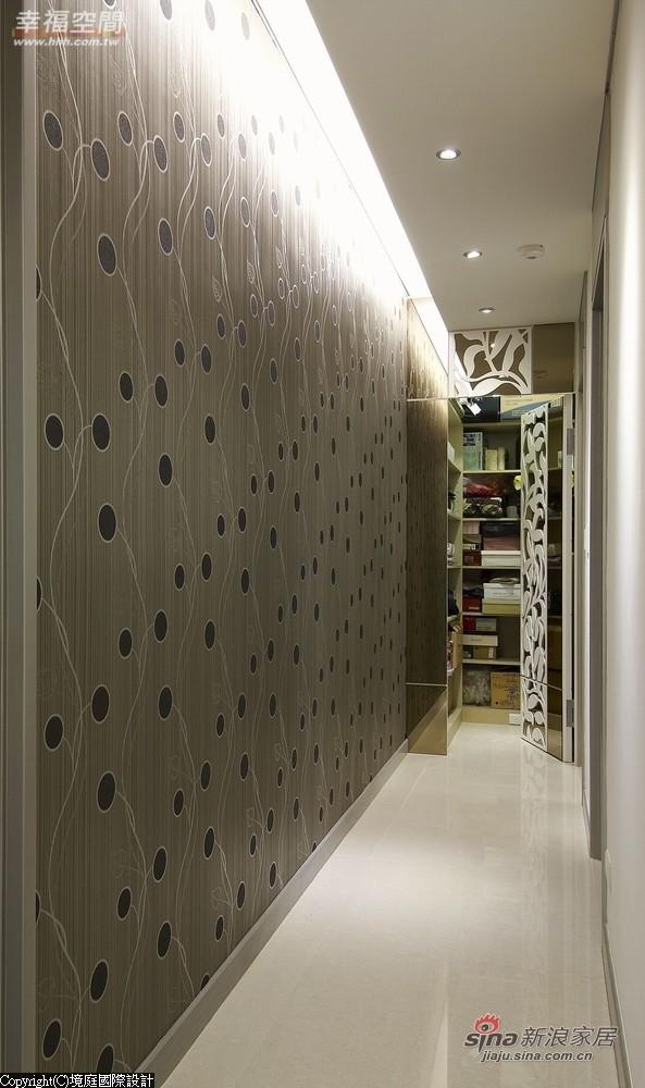走道墙面设计藉由自餐厅延伸的灰镜