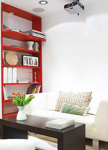 沙发旁边的这一个红色的书架,不仅满足了书本、烛台等的收纳功能,红色惊艳的外观更让它像一个客厅的装饰物,有效地提升了整个空间的明亮度和视觉冲击力。