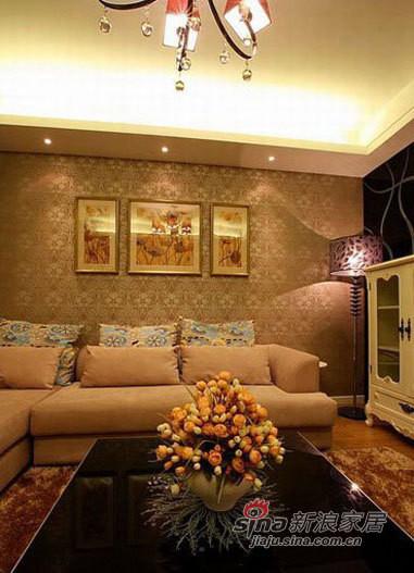 客厅沙发正面,背景墙的装饰画