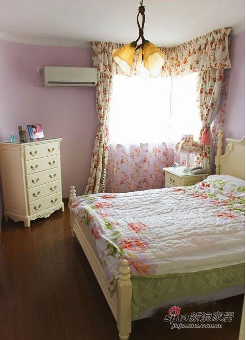 卧室的墙是粉紫色的,搭配白色的家具,很有