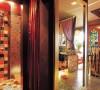卫生间用拉帘代替卫生间门,镜子订做的夸张一些,符合整体古典的风格