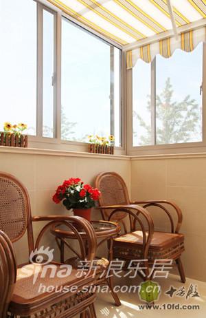 餐厅外的小阳台被改造成了午后休闲的地方