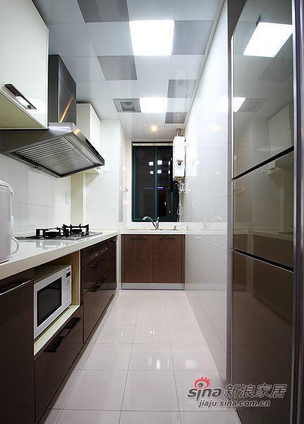 洁白的瓷砖让整个厨房更加明亮干净。