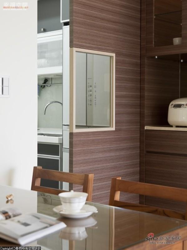门片中央镶上茶玻,让餐厅和厨房间多了互动