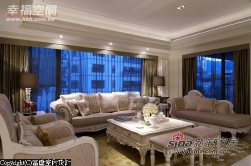 气势开阔的客厅背靠两面直角交会大窗