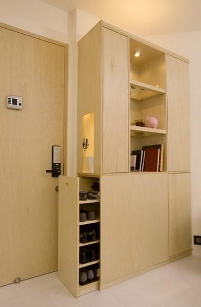 公寓以白色和米色为主色调,暖色调的灯光营造出温馨的氛围。设计师以极简的风格和明快的线条,使得空间最大化,兼顾了美观和实用的特点。