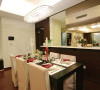 餐厅倚着厨房,并打开了厨房完全封闭的空间