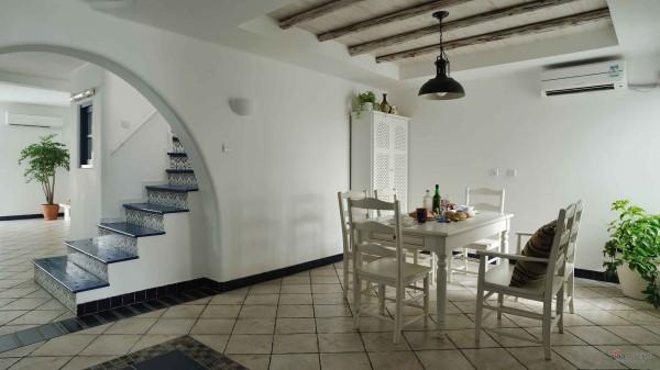 餐厅的空间很大,侧面的户型和楼梯设计,非常精巧