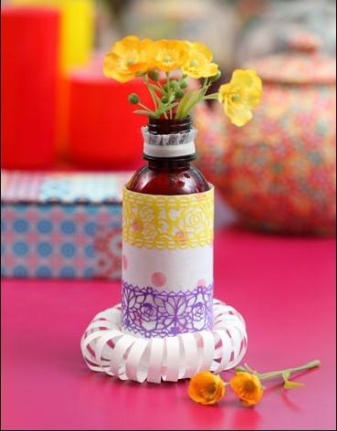 废弃药瓶变花瓶 材料准备:塑料瓶、剪刀、双面胶、蕾丝贴纸、手工胶、蕾丝边、包装纸