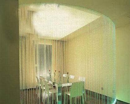 如果室内空间较小,可以选择玻璃或者帘饰来分隔室内空间。这样既起来到分隔的作用,又能在视觉上得到延伸。隔断饰品,更适合年轻一族的生活感觉,风情而又弥散浪漫。