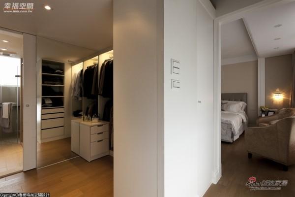 -更衣室以白色系统柜为主