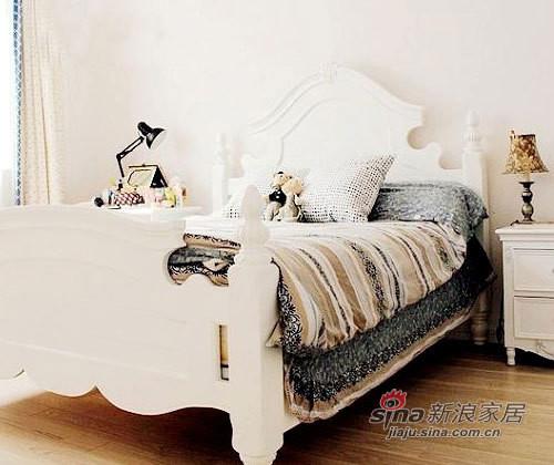 卧室布艺的色彩没有遵循客厅的红白搭配